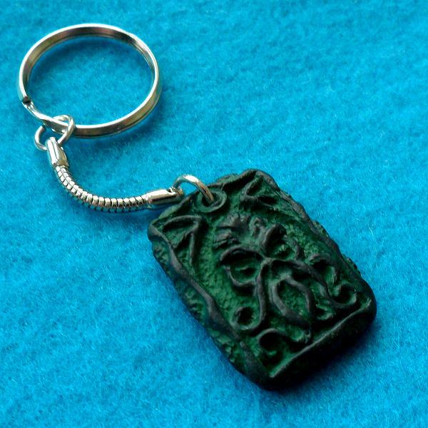Cthulhu Tablet Keyring (green)